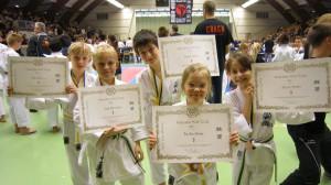Barnen med sina fina tävlingsdiplom