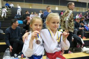 Agnes och Nova med medaljerna!