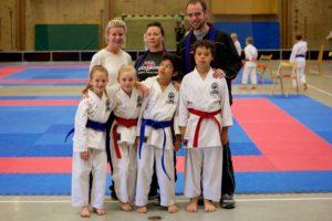 Barnen med sina coacher: Alexandra, Ellen och Fevzi