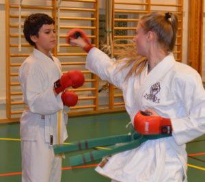 Julia visar kumite-moves