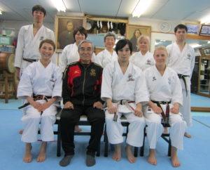 Hombu Dojo, sittande: Akao Shihan, Saiko Shihan, Gohei Shihan, undertecknad